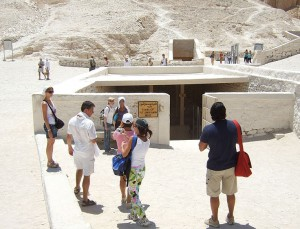 Walls and tourism in the Valley of the Kings